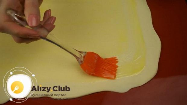 Для приготовления яблочного штруделя смажьте тесто