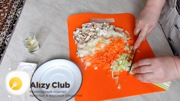 Нарезаем грибы (3 штуки), 65 грамм лука, один стебель сельдерея