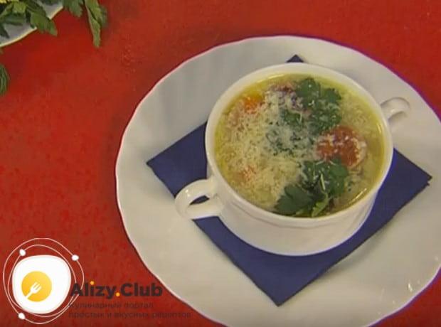 Подавайте блюдо с зеленью, посыпанное тертым сыром.