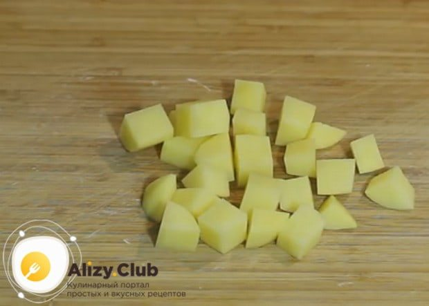 Картошку режем кубиками или брусочками.