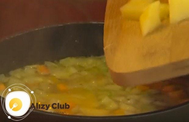 Добавляем к овощам бульон и сразу выкладываем картошку.