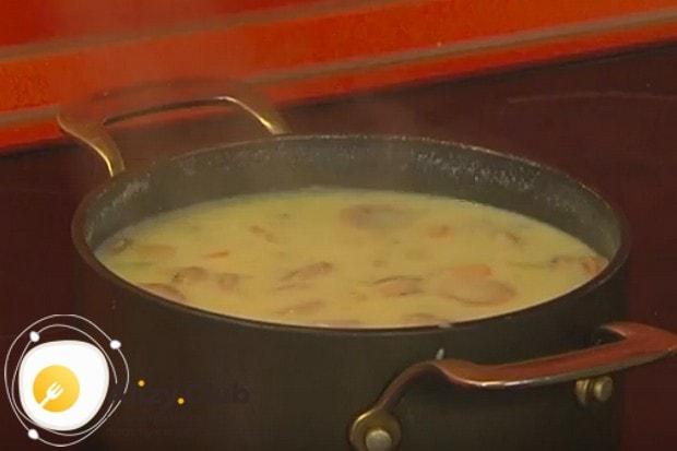 Быстрый суп с сосисками и яйцом готов!