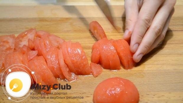 Нарезаем помидоры полукольцами