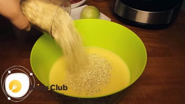 Для приготовления котлет в мультиварке приготовьте фарш.