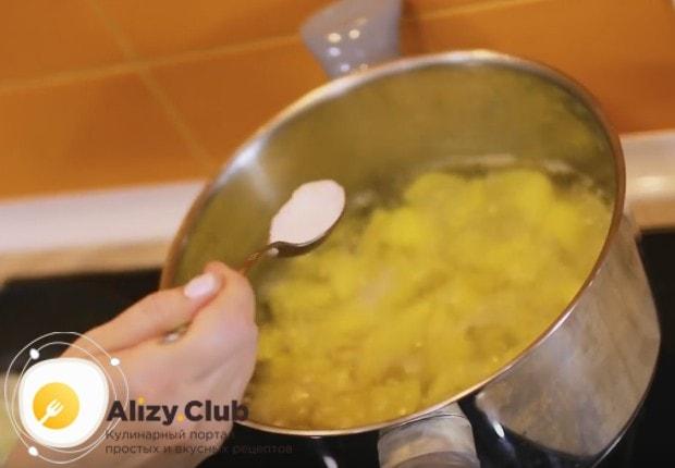 Картофель солим по вкусу.