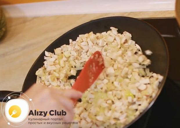 Нарезаем на маленькие кусочки шампиньоны и добавляем их на сковороду к луку.