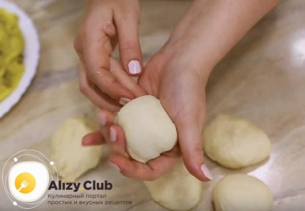 Тесто разделяем на порционные шарики.