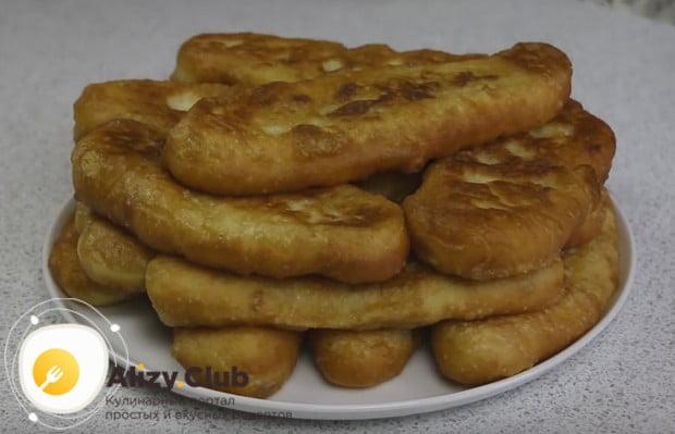 Вкусные дрожжевые пирожки с картошкой, пожаренные на сковороде, получаются очень сытными.