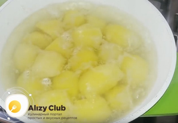Сначала до готовности отвариваем картошку.