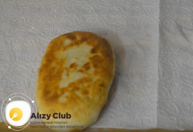 Обязательно выложите жареные пирожки с печенью на бумажные полотенца, чтобы избавиться от жира.