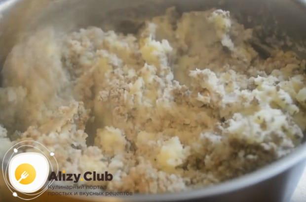 Перемешиваем все приготовленные для начинки компоненты и солим по вкусу.