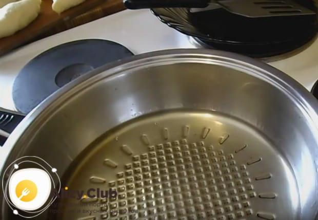 Хорошенько раскаляем растительное масло в сковороде.