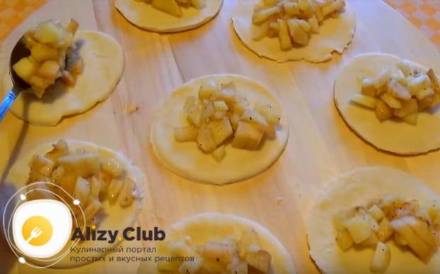 В каждый кружочек выкладываем по одной столовой ложке яблочной начинки