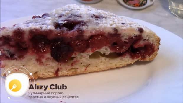 Вкуснейший пирог с замороженными ягодами готов.