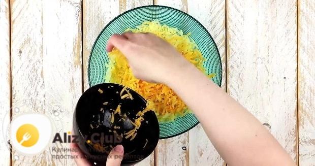 Отжимаем картофель и выкладываем в глубокую миску