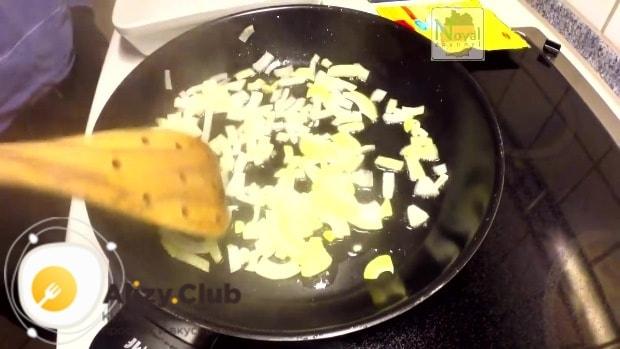Когда масло нагрелось, выкладываем на него нарезанный лук