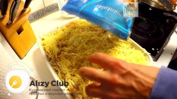 Натираем на средней тёрке 280-300 г твёрдого сыра