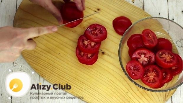 Промываем 600-610 г помидоров и нарезаем их колечками