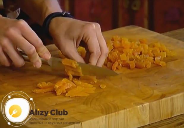 Эту гречневую запеканку мы приготовим с курагой, поэтому нарезаем ее маленькими кусочками.
