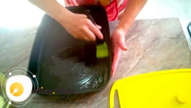 Жаропрочную форму смазываем оставшимся маслом