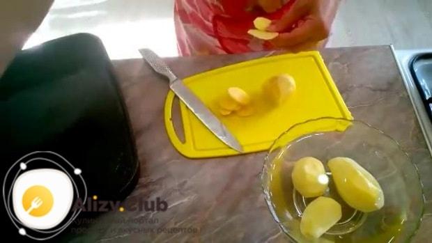 Затем нарезаем тонкими кружочками 390 г картофеля
