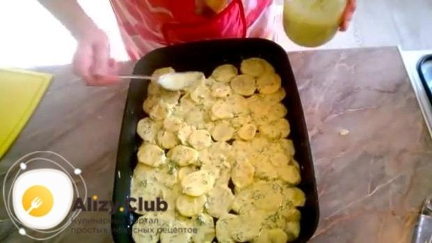 Равномерно распределяем картофель по всей форме