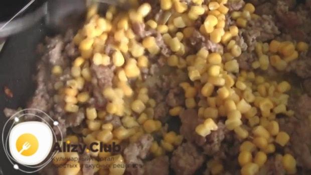 Добавляем в фарш 380 г кукурузы