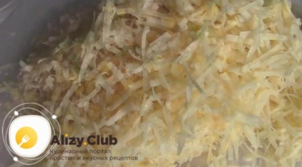 На средней тёрке натираем 210 г твёрдого сыра
