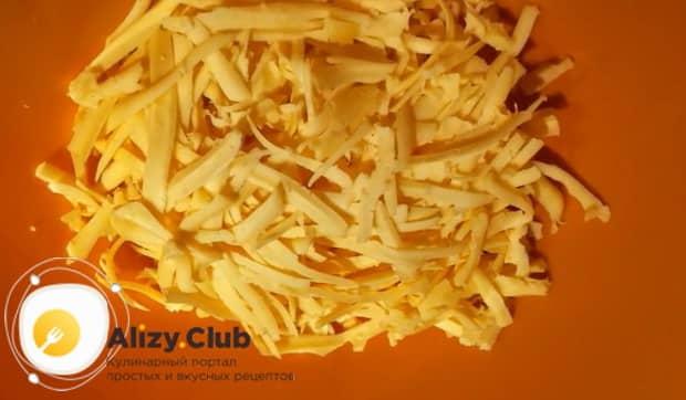 Для приготовления картофельной запеканки с сыром подготовьте ингредиенты.