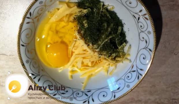 Для приготовления картофельной запеканки с сыром приготовьте начинку.