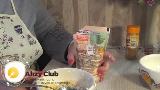 Для приготовления картофельной запеканки, добавьте майоез