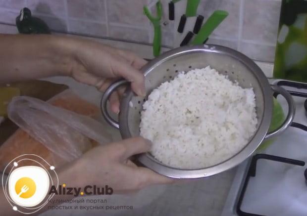 Перед тем, как приготовить мясную запеканку, как в детском саду, отварите до готовности рис.