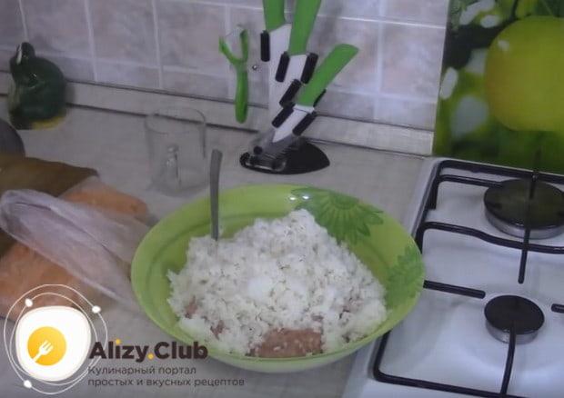 Рис выкладываем в миску с мясным фаршем.
