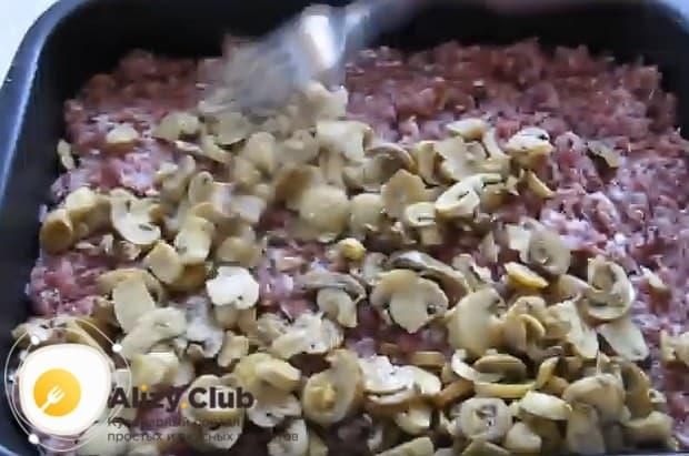 По фаршу распределяем нарезанные кусочками грибы.