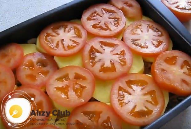 Покрываем картофель слоем нарезанных кружочками помидоров.