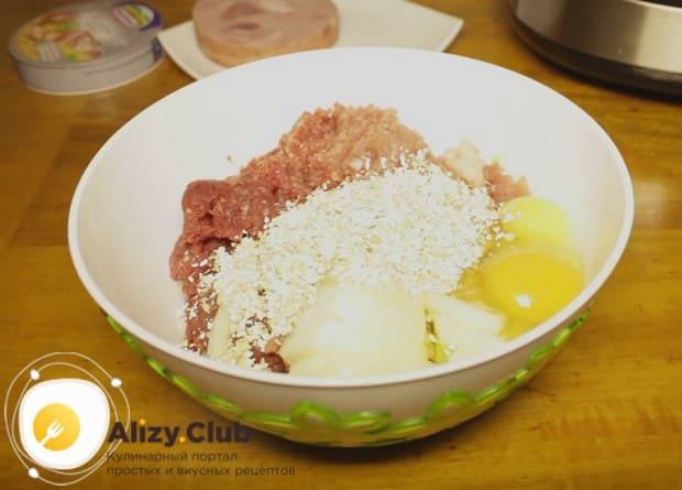 Добавляем овсяные отруби, соль и перец по вкусу.