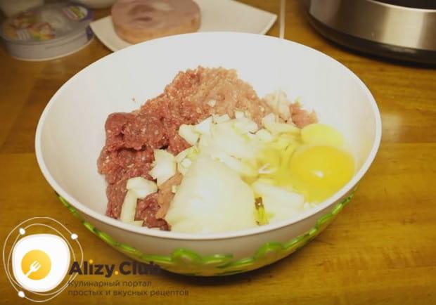 Фарш перемешиваем с луком, яйцом и молоком.