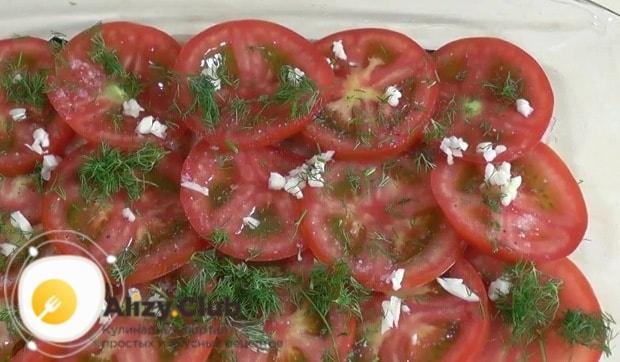 На помидоры раскладываем чеснок