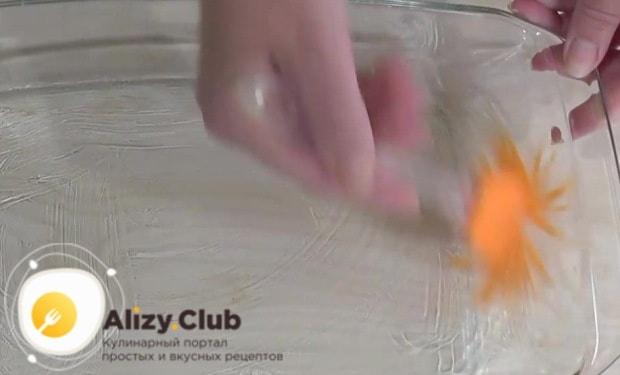Смазываем подсолнечным маслом форму