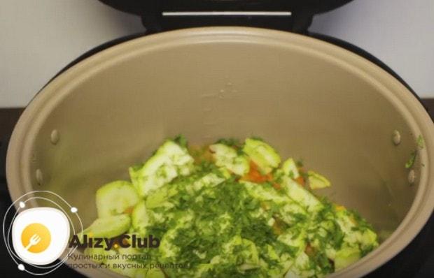 Открываем мультиварку и посыпаем овощи зеленью.