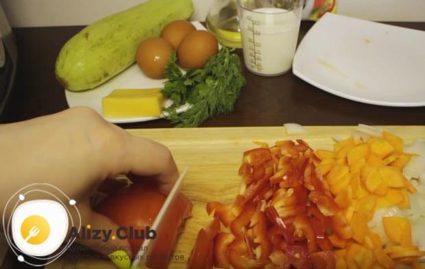 Мелко нарезаем болгарский перец и помидор.