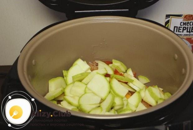 Выкладываем овощи в мультиварку и тушим 40 минут.