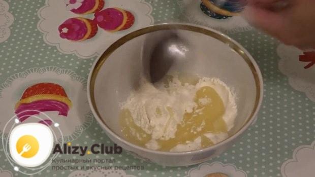 В небольшую миску высыпьте 1 ст. ложку сахара, 1 ч. ложку соли
