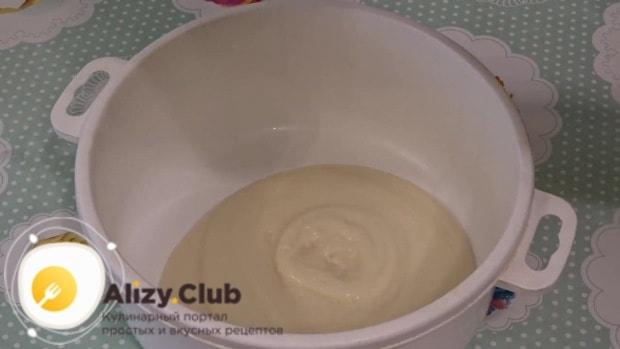 Переложите смесь в миску большего размера