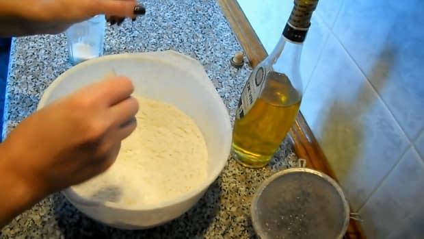 Приготовите заварное тесто для приготовления вареников с вишней.