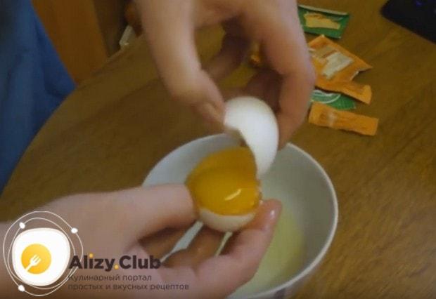 У трех яиц отделяем желтки от белков.