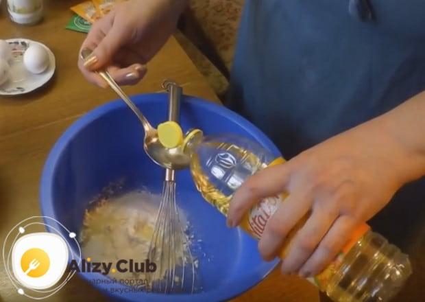 К просеянной муке добавляем соль, сахар и растительное масло.