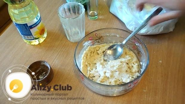Добавьте 1 ч. ложку сахара и 0,5 ч. ложки соли