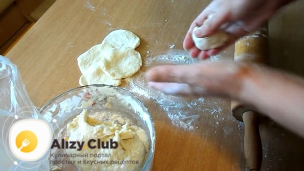 Разделите тесто на небольшие кусочки