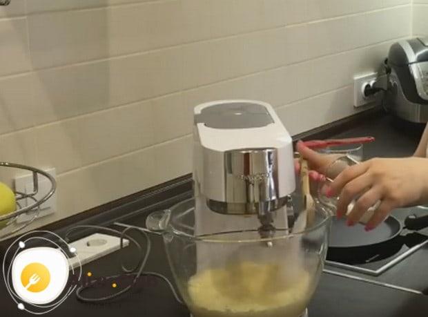 Оставшийся сахар подсыпаем в массу понемножку во время взбивания.